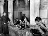 Margaret Bourke-White: Ein Priester beobachtet amerikanische Soldaten bei ihrer morgendlichen Toilette in einem mittelalterlichen Kloster Italien, Dezember 1943; Silbergelatineabzug; Howard Greenberg Gallery, New York  © Time & Life / Getty Images