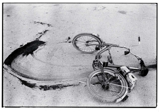 Sarajevo: Fallen bicycle of teenage boy just killed by a sniper, 1994 (Photograph © Annie Leibovitz/CO Berlin, Courtesy of Vanity Fair)