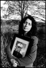 Sara Duvall mit einem Foto ihres Sohnes Aaron Reed, getötet im Irak, Chillicothe, Ohio 2005 (© Marissa Roth)